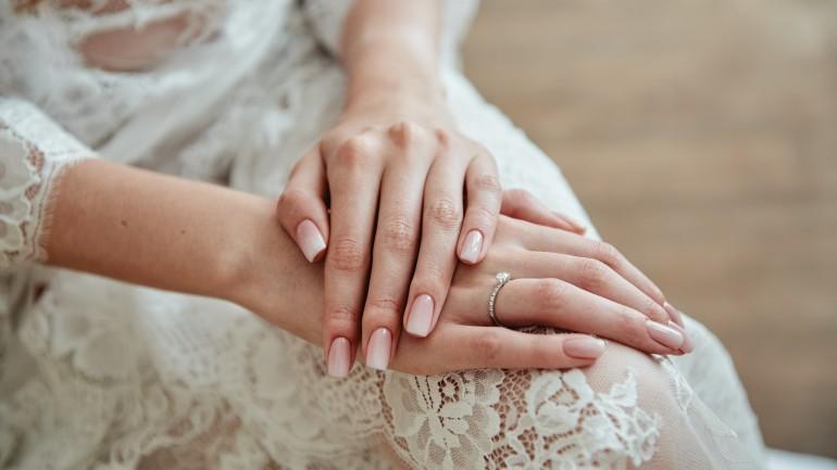 Ślubny manicure w minimalistycznym stylu. Poznaj najgorętsze trendy sezonu