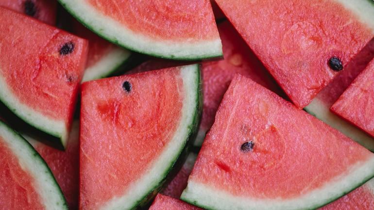 Przepisy na proste i zdrowe desery z wykorzystaniem sezonowych owoców