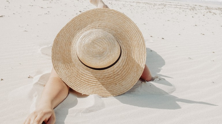 Dodatki na plażę w minimalistycznej odsłonie. Zobacz jak wystylizować się na urlopie